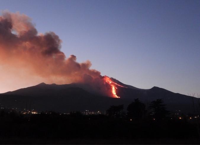 L'Etna erutta:fontane di lava alte centinaia di metri