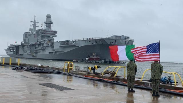 """La portaerei italiana """"Cavour"""" approda negli Usa"""