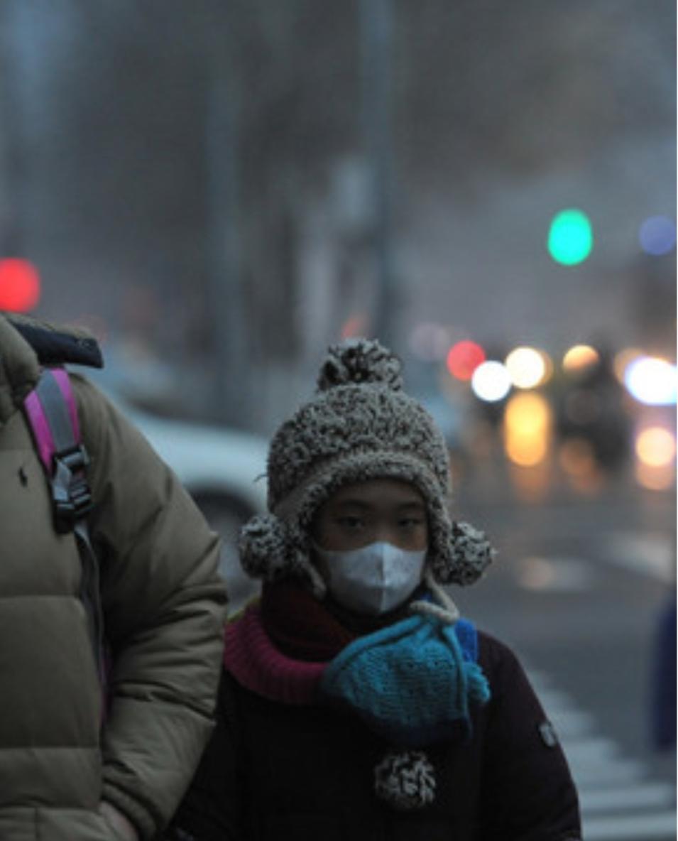 Tempesta di sabbia e smog, Pechino avvolta da una nebbia gialla