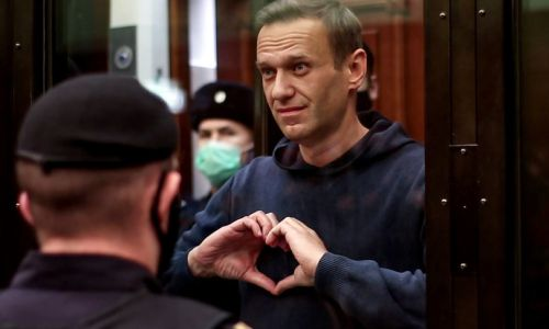 """Navalny ascolta i medici: """"Interrompo lo sciopero della fame"""""""