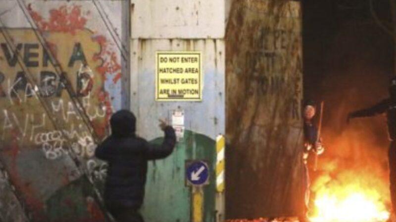 Irlanda del Nord. Disordini, lanci di mattoni e molotov. Belfast sembra essere tornata indietro di 25 anni