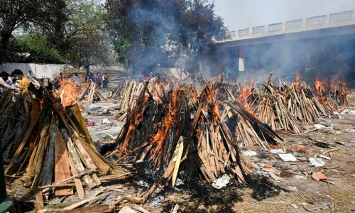 In India sta finendo la legna per bruciare in strada i morti di Covid