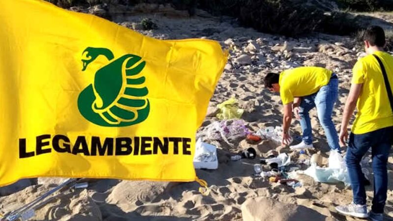 783 rifiuti ogni centro metri lineari di spiaggia. L'84% è di plastica