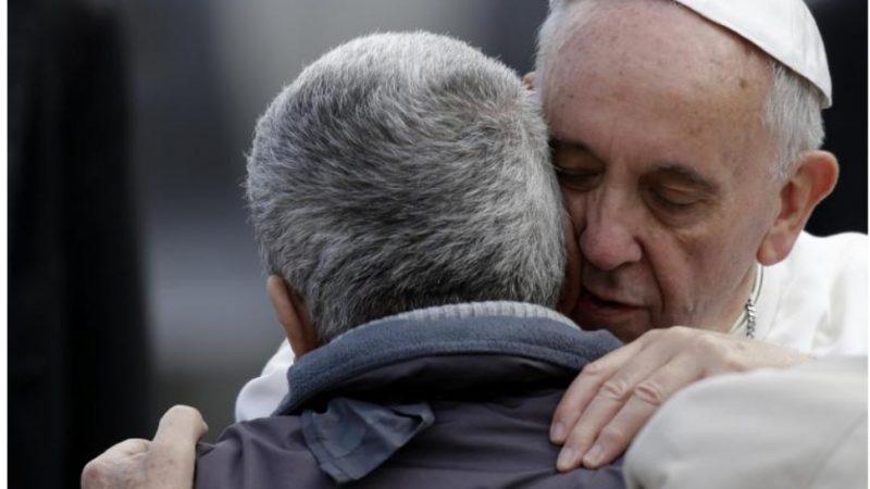 Papa: chi non riconosce i poveri tradisce Gesù