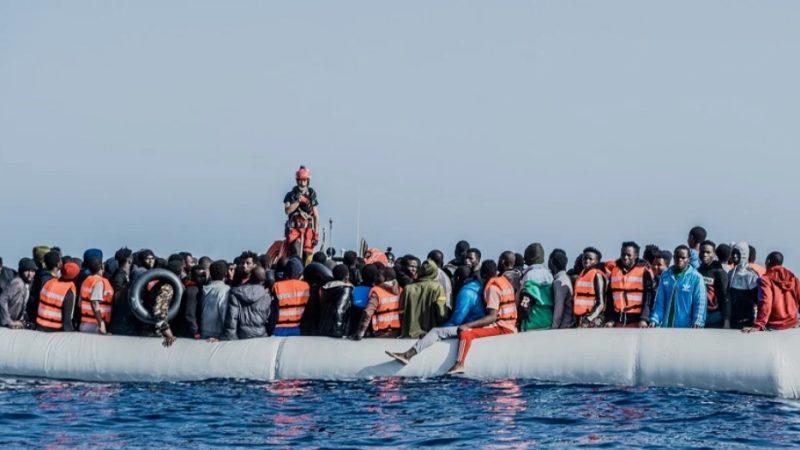 A largo di Roccella Jonica 339 migranti salvati in mare