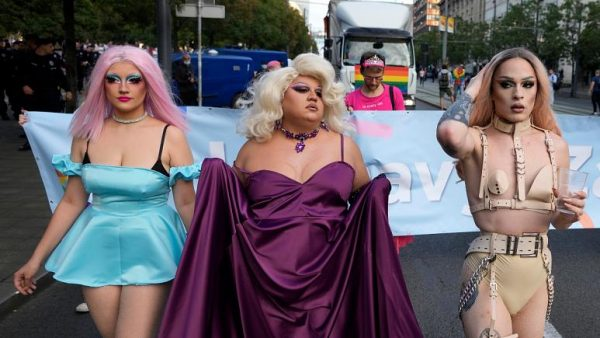 L'orgoglio gay scende in piazza a Belgrado