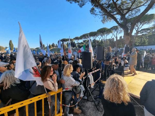 Roma, manifestazione no green pass al Circo Massimo. Attacchi alla stampa